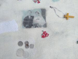 troostrijke herinnnering, trouwfoto in gevilte troostdeken:baarkleed verwerkt